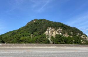 黄泉の国へのエントランス・花の窟(はなのいわや)神社・熊野・巨石・巡礼