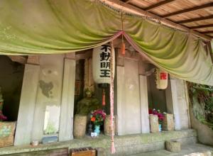 六甲山縦走コース・菊水山・早朝の不動明王像を清める翁